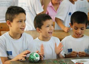 خلال أيام المرح الصيفية للاتحاد الأوروبي، يستمتع أطفال لاجئي فلسطين بتشكيلة واسعة من أنشطة المرح مع أقرانهم، بما في ذلك الفنون والحرف اليدوية. الحقوق محفوظة للأونروا، 2016. تصوير تالا حيتاوي