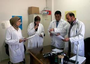 أعضاء إحدى فرق صحة العائلة الثلاثة في مخيم صحي مخيم عمان الجديد بعمالن، الأردن، يلتقون من أجل مناقشة حالة إحدى المرضى. بفضل الدعم السخي من المانحين، بما في ذلك الولايات المتحدة الأمريكية، نجحت الأونروا في التطبيق الكامل لنهج فريق صحة الأسرة في كافة مراكزها الصحية في الأردن ولبنان وغزة والضفة الغربية والبالغ عددها 117 مركزا صحيا علاوة على ستة مراكز صحية في سورية في هذا الشهر. الحقوق محفوظة للأونروا، 2014