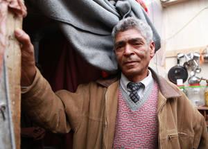 """وصل حسن، وهو أب لأربعة أطفال يعيش في خيمة مع عائلته، إلى مخيم خان دنون قبل خمس سنوات . """"كنت أنظر دائماً إلى فصل الشتاء كشيء إيجابي، ولكن الآن وبعد أن واجهت هذه الظروف القاسية، بدأت أكرهه. ليس لدي وظيفة وأعتمد بشكل كامل على المساعدات التي تقدمها الأونروا"""". خان دنون، سورية. الحقوق محفوظة للأونروا 2016 ، تصوير تغريد محمد"""