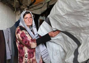 كان لاجئو فلسطين من ريف دمشق من بين أفقر المجتمعات الموجودة في سورية قبل الأزمة. وقد أدت التداعيات السلبية للحرب ودرجات الحرارة المُتدنية إلى جعل مشقات فصل الشتاء أكثر حدة. خان دنون، سورية. الحقوق محفوظة للأونروا 2016، تصوير تغريد محمد