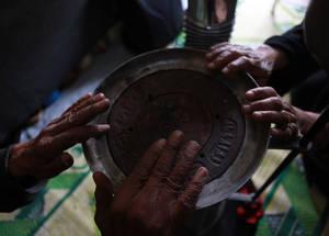 يعد الحفاظ على الدفء أمراً صعباً في كثير من الأحيان حيث تكون أماكن الإقامة في سورية سيئة العزل. على الرغم من أن فصل الشتاء أقصر في منطقة الشرق الأوسط، إلا أن البرد يبدأ سريعا ولا توفر المدافئ التقليدية سوى راحة مؤقتة.  خان دنون، سورية. الحقوق محفوظة للأونروا 2016، تصوير تغريد محمد