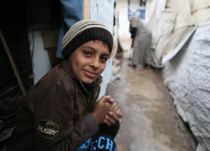 يساهم أي دعم بسيط تقدموه في رسم ابتسامة على وجه طفل. يرجى مشاركة هاشتاغ حملة #شاركهم_دفئك مع عائلات لاجئي فلسطين، وكونوا على ثقة بأن ما تقدمونه يمكن أن يساعد أسرة في مواجهة فصل الشتاء. خان دنون، سورية. الحقوق محفوظة للأونروا 2016، تصوير تغريد محمد
