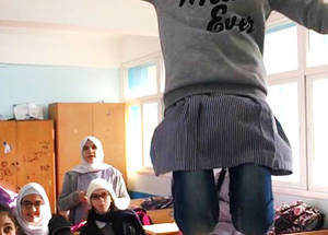 """كما هو الحال بالنسبة للعديد من الطلاب في غزة، كانت هذه هي المرة الأولى التي تجتمع فيها نادين مع طلاب من الخارج،  وتقول في ذلك : """"كانت الإثارة أكثر من اللازم لتبقى في داخلي،"""" أردت أن أقول للعالم كم كنت  متحمسة  لهذه الفرصة التي غيرت حياتي ، لقد قفزت عاليا جدا مثل النسور التي تحلق عاليا في السماء! """"وتمكنت بفضل برنامج التبادلات عبر الإنترنت، من مقابلة طلاب من أمستردام  2017 الأونروا،  مصور غير معروف."""