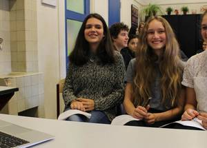 أثناء اللقاء مع أقرانهم من الطلاب في غزة قدّم  الطلاب من مدرسة بيرلاج ليسيوم في أمستردام ستة مواضيع مختلفة من أجل تحسين التعليم، منها: إعادة التدوير في المدرسة، والطبخ كمهارة حياتية، وإنشاء قوائم للمنح الدراسية على منصات التواصل الاجتماعي، والقيام بالبحث فيما إذا كانت الكتب الإلكترونية جيدة وأدوات لضمان جودة  أحدث مصادر الفصول الدراسية، ودمج ردود فعل الطلاب في سياق التدريب الذي يقدمه المعلمون.  الحقوق محفوظة ، 2017 تصوير الأنروا ريكاردو غويدو.