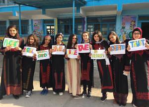 """وفي غزة، أصبحت نادين وزملاؤها من الدعاة الأقوياء  """"للتعليم القائم على القيم""""، حيث قرروا من خلاله تعزيز الوعي بشأن التنوع الثقافي والمواطنة على مستوى العالم ، وجعلوا من أنفسهم  في المدرسة، سفراء  لخدمة الاحترام والتسامح وقبول الأخر، ونظموا مهرجانا مدرسيا يحتفل بأزياء وتقاليد البلدان الأخرى. 2017  تصوير الأنروا"""