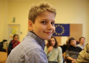"""""""كان الأمر جيدا أن يتم  التحدث مع الناس في سورية وجها لوجه، وكان من الجيد أن نسمع منهم فعليا ، وليس عنهم كما في الأخبار، وأن نسمع عن ما هو عليه حقيقة الأمر  في سورية وعن كيفية  الذهاب إلى المدرسة هناك """"، وفقا لما يقوله يوليوس، وهو طالب في مدرسة نيلسون مانديلا في برلين. الحقوق محفوظة للأونروا، 2017 تصوير ماريوكا موراريو."""
