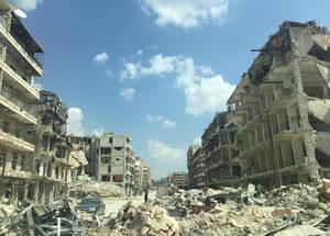 تسبب النزاع في سوريا المستمر منذ سبع سنوات بحدوث موجات تشريد كبيرة وبصعوبات ومعاناة لمئات الآلاف من لاجئي فلسطين، إلى جانب دمار كبير النطاق للبنية التحتية وخسائر فادحة في الأرواح وسبل المعيشة. حلب، سوريا. الحقوق محفوظة للأونروا، 2017.