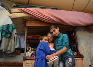 أكثر من 2,000 لاجئ من فلسطين مشردون ويعيشون في تسعة ملاجئ تابعة للأونروا في دمشق وريف دمشق. وبفضل التبرع السخي للولايات المتحدة، تقدم الأونروا لأولئك اللاجئين وجبة يومية ساخنة وطرودا غذائية شهرية ومواد عينية غير غذائية ومساعدة نقدية. الملجأ الجماعي في مدرسة حيفا، دمشق، سوريا. الحقوق محفوظة للأونروا، 2017. تصوير تغريد محمد.