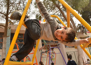 دعم الولايات المتحدة يمكن الأونروا من توفير سبل الوصول لثماني فضاءات تعليمية آمنة إلى جانب 22 فضاء ترفيهي لأطفال لاجئي فلسطين في المجتمعات والملاجئ المنتشرة في ارجاء البلاد. دمشق، سوريا. الحقوق محفوظة للأونروا، 2017. تصوير تغريد محمد.