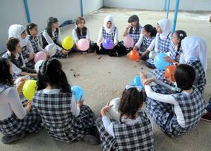 نشاط دعم نفسي اجتماعي في مدرسة نابلس للإناث في صيدا، لبنان، نيسان 2014. مونيكا غونزاليس / أرشيف الأونروا