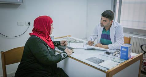 إحدى المريضات في زيارة إلى عيادة الأونروا الصحية في مخيم النيرب للاجئي فلسطين بالقرب من حلب. وفي عام 2018، قدمت الأونروا أكثر من 840,000 استشارة صحية. الحقوق محفوظة للأونروا، 2018. تصوير أحمد أبو زيد.