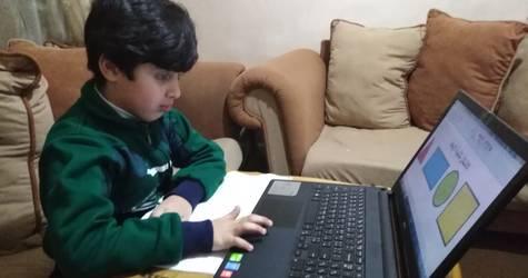 عمر إياد محمد طالب من مدارس الاونروا في الاردن يستخدم منصة للتعلم عن بعد من منزله في مخيم جبل الحسين للاجئين، الأردن. الحقوق محفوظة للأونروا، 2020