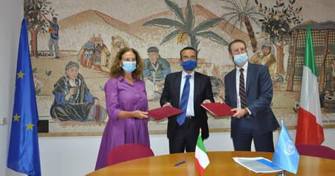 (من اليسار) السيدة كريستينا ناتولي ، رئيسة المكتب - الوكالة الإيطالية للتعاون الإنمائي ، وجوسيبي فيديلي ، القنصل العام لإيطاليا في القدس ، ومارك لاسواوي ، رئيس علاقات المانحين بالأونروا، يوقعون اتفاقية المساهمة لدعم صحة لاجئي فلسطين في غزة. الحقوق محفوظة للأونروا ، 2020