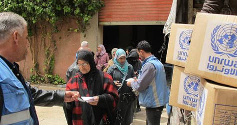 Civilians receive UNRWA assistance in Yalda, 16 April, 2015 ©UNRWA