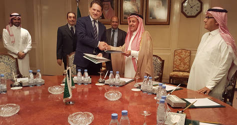 SFD Vice-Chairman and Managing Director, H.E. Eng. Yousef al-Bassam (second from right) shakes hands with UNRWA Commissioner-General Pierre Krähenbühl after signing the agreements. © 2016 UNRWA Photo