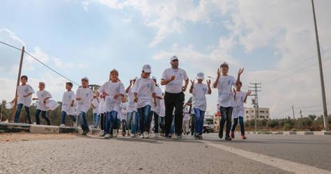 """طلبه من مدارس الأونروا في غزة يشاركون في نشاط """"المشي من أجل الصحة"""" و الذي نظمه برنامج الأونروا للصحة النفسية المجتمعية. الحقوق محفوظة للأونروا، 2017 تصوير تامر حمام"""