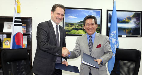 UNRWA Commissioner-General Pierre Krähenbühl (left) and The Ambassador of the Republic of Korea to Jordan, Ambassador Lee Bom-yon, sign a contribution agreement from the Government of the Republic of Korea in Amman on November 15. © 2017 UNRWA Photo