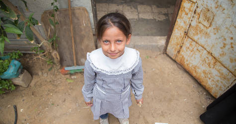Malak Na'el Ashour (9), stands in front of her home in Khan Younis Palestine refugee camp in Gaza. © 2018 UNRWA Photo by Hussein Jaber.