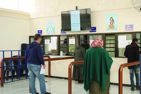 Bene_ciaries receiving cash assistance at UNRWA distribution point in Damascus © 2020 UNRWA Photo