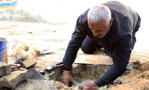 إصلاح شبكة المياه في مخيم جباليا، شمال غزة. الحقوق محفوظة للأونروا 2015، تصوير خليل عدوان