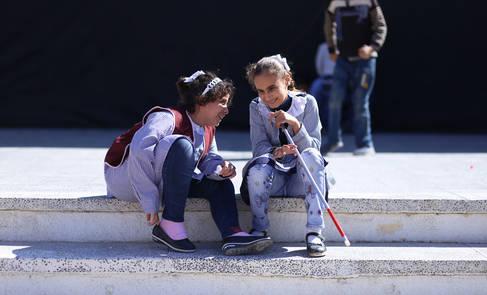 خلال سباقهن، طالبتان تجتمعان للحديث في مركز إعادة تأهيل الأشخاص ذوي الإعاقة البصرية التابع للأونروا. الحقوق محفوظة للأونروا، 2017. تصوير رشدي السراج