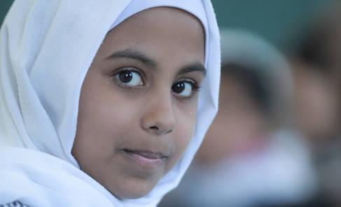 صورة الغلاف: ندى العدني تجلس في احد فصول الدراسة بمدرسة دير البلح الابتدائية للبنات «أ» في غزة. © 2018 تصوير حسين جابر.