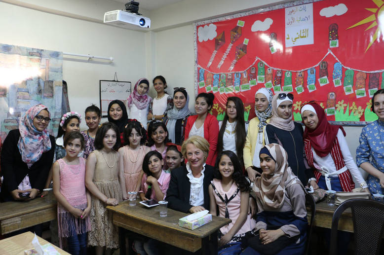 U.S Ambassador to Jordan Alice Wells meets with the members of the Zohour Girls' School Parliament. © 2016 UNRWA Photo by Viola E. Bruttomesso