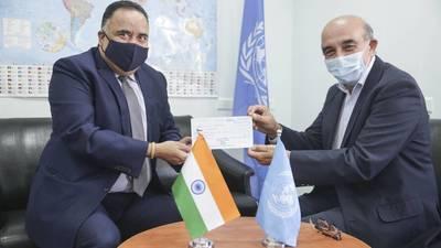 (من اليسار) ممثل الهند لدى دولة فلسطين سعادة السيد سونيل كومار والسيد سامي مشعشع القائم بأعمال دائرة العلاقات الخارجية والاتصال ومدير الاتصالات بالأونروا يعلنان عن تبرع الحكومة الهندية بمليون دولار دعما للاجئي فلسطين.
