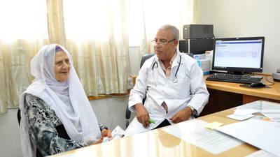 الدكتور إحسان طنوس والدكتورة هالة حنون في الضفة الغربية. صورة من الأونروا – تصوير ربى حفايدة © 2015