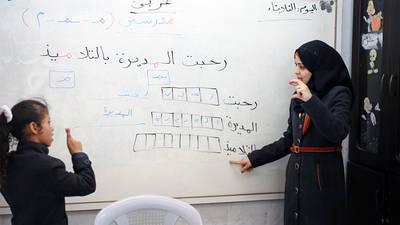 هالة محمود مسمح تدرس الاطفال الصم كيفية استخدام لغة الإشارة في مركز التأهيل المجتمعي في دير البلح في وسط قطاع غزة. صورة للاونروا ©2015 تصوير تامر حمام