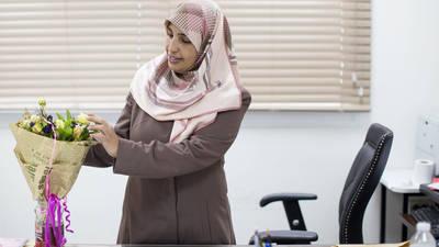 تلقت وفاء دياب، مسؤول التوظيف في مكتب الأونروا في غزة، الزهور من زملائها احتفالا بفوزها بجائزة الأونروا للمساواة بين الجنسين. الحقوق محفوظة للأونروا 2017، تصوير تامر حمام
