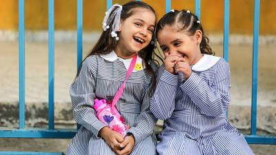 يتمتع اثنان من طلاب الأونروا من غزة بالراحة في اليوم الأول من المدرسة. الحقوق محفوظة للأونروا 2017، تصوير رشدي السراج