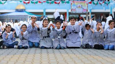 طلابات من مدرسة الأمل الإعدادية للبنات في خان يونس، جنوب قطاع غزة، يشاركن في أنشطة الدعم النفسي والاجتماعي. الحقوق محفوظة للأونروا 2016، تصوير رشدي السراج
