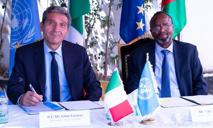 (من اليسار) وقع السيد فابيو كاسيسي ومدير شؤون الأونروا في الأردن السيد محمد آدار اتفاقية بقيمة 1.5 مليون يورو لتوفير الرعاية الصحية للاجئين الفلسطينيين في الأردن. الحقوق محفوظة للأونروا 2020 ، تصوير لبنى هاشم