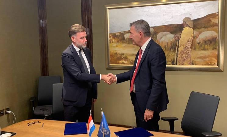 (من اليسار) وزير التعاون الإنمائي والشؤون الإنسانية في لوكسمبورغ السيد فرانز فايوت والمفوض العام للأونروا السيد فيليب لازاريني يوقعان اتفاقية مساهمة متعددة السنوات. الحقوق محفوظة للأونروا ، 2021