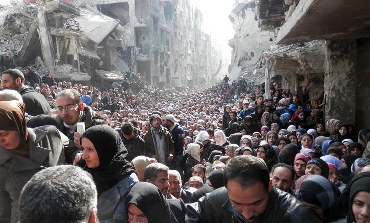 Yarmouk residents gathered to await a food distribution from UNRWA in January 2014. © UNRWA Archives