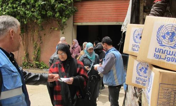 Civilians receive UNRWA assistance in Yalda, 16 April, 2015 ©UNRWA