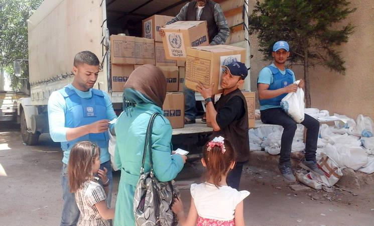 Displaced civilians receive UNRWA food assistance in Yalda, 21 May 2015. © 2015 UNRWA Photo