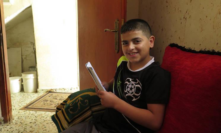 محمود فتى يعيش في مخيم العروب، في الصيف الماضي أطلقت القوات الاسرائيلية عليه رصاصة معدنية مغلفة بالبلاستيك أدت إلى إصابته. على مدى السنوات القليلة الماضية ازداد استخدام القوات الاسرائيلية للذخيرة الحية في مخيمات اللاجئين في الضفة الغربية. © الأونروا 2015 تصوير ربا حفايظة.