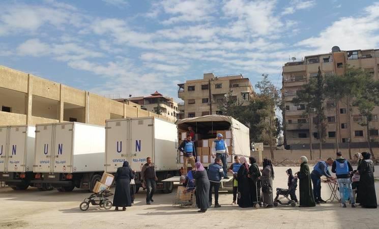 Civilians receiving food assistance, Yalda, 14 February. © 2016 UNRWA