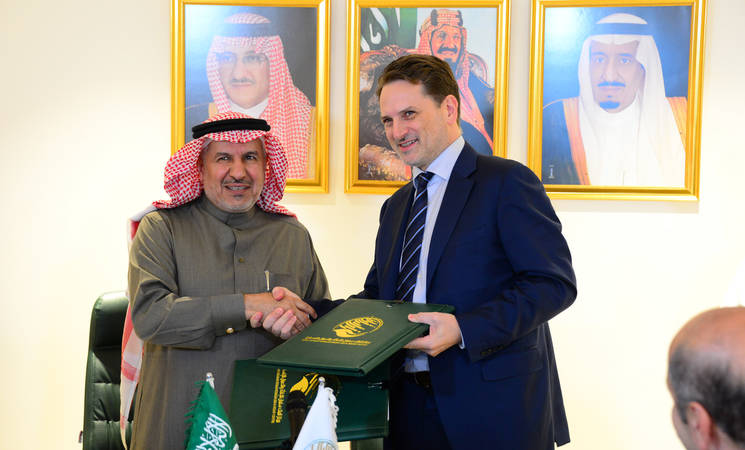 Signing agreement ceremony in Riyadh by UNRWA Commissioner-General Pierre Krähenbühl and HE Dr. Abdullah al-Rabeeah, Adviser at the Royal Court and General Supervisor of KSRelief.© Courtesy of the King Salman Center for Humanitarian Aid and Relief (KSRelief)