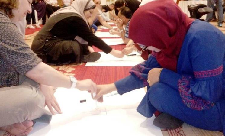 """المشاركون وهم يستمتعون بالتدريب على """"دليل موارد الأنشطة النفسية والاجتماعية لدعم الأنشطة الترفيهية في الأونروا"""". © 2017 تصوير: هبة العكاشة."""