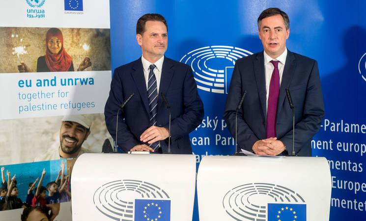 ديفيد ماكاليستر، رئيس لجنة الشؤون الخارجية في البرلمان الأوروبي، وبيير كرينبول، المفوض العام للأونروا، خلال نقطة صحافة مشتركة حول حالة اللاجئين في فلسطين. تصوير جان فان دي فيل، صورة مقدمة من الاتحاد الأوروبي