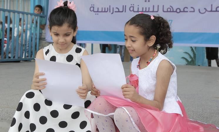 توزيع الشهادات المدرسية © حقوق الطبع محفوظة للأونروا ، تصوير محمد خليل عدوان.