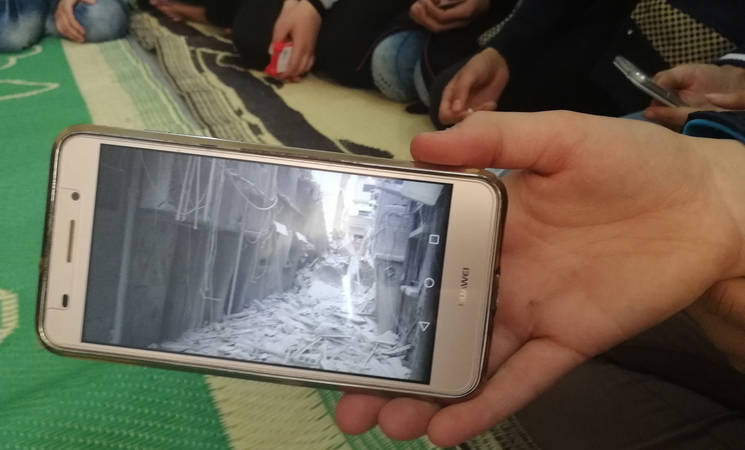 UNRWA students use their mobile phones to keep learning and defy Islamic State Group