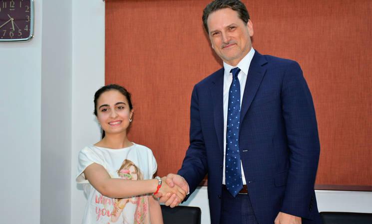 الطالبة في مدارس الأونروا آية عباس مع المفوض العام بيير كرينبول.  الحقوق محفوظة للأونروا 2018، تصوير إيزبير حداد