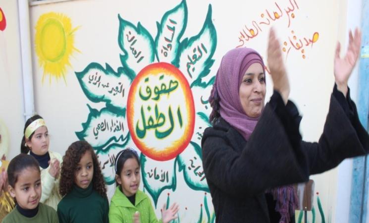 معلمة الأونروا أمل أبو حرب في صورة مع طلابها. © 2019 ياسر عليان
