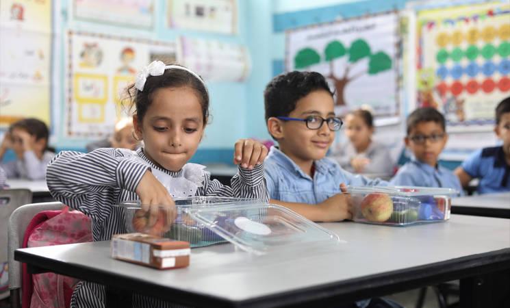 طلاب وطالبات مدارس الاونروا في غزة يستلمون وجباتهم الصحية من مؤسسة قطر الخيرية   تصوير ابراهيم ابو عيشة