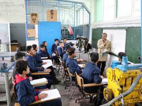 طلاب في مركز تدريب وادي السير في الأونروا في عمان ، الأردن ، يستمعون لمحاضرة من قبل معلمهم. © صورالأونروا, 2019