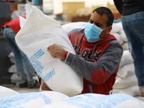 توزع الاونروا أغذية على لاجئي فلسطين في غزة خلال جائحة COVID-19. في محاولة للحفاظ على مستوى عال من الأمان ومنع انتشار الفيروس، قامت الوكالة بتوزيع وتوصيل المساعدات الغذائية الى بيوت العائلات اللاجئة. الحقوق محفوظة للأونروا ، 2020 © ، تصوير خليل عدوان